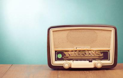 Охват аудитории, слушающей аудиоконтент в интернете, в России достиг охватов радио